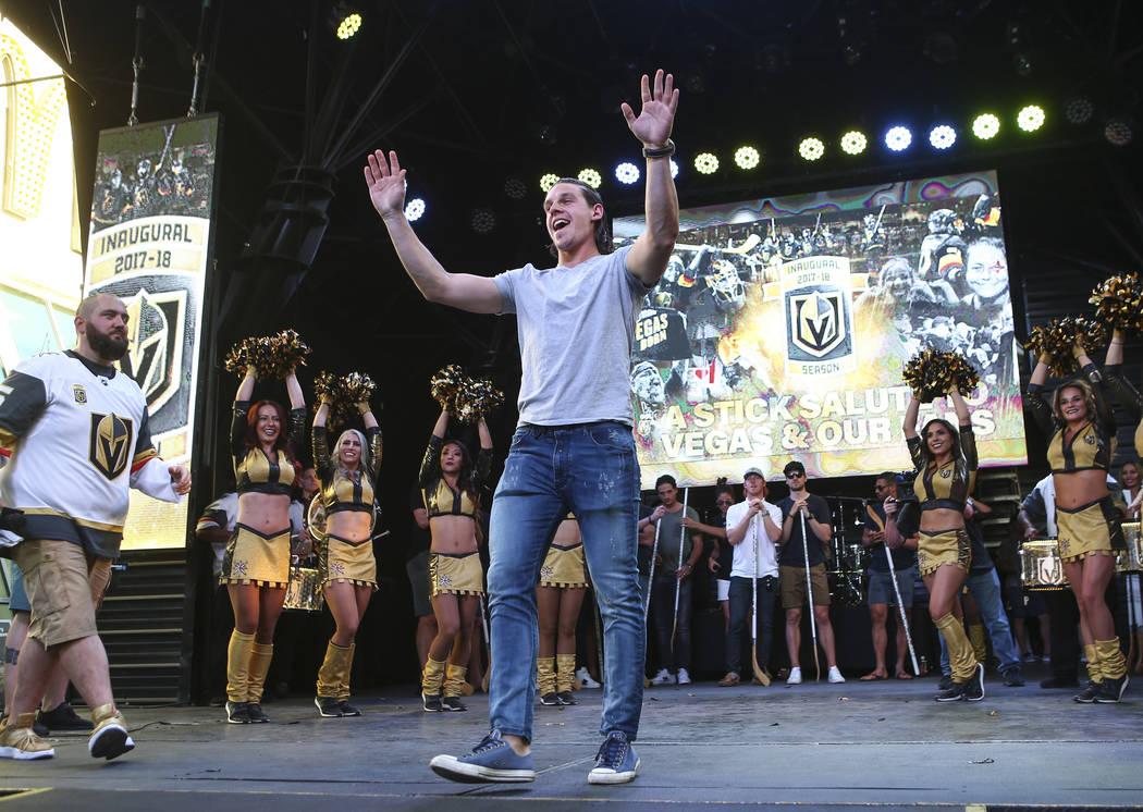 "El ala izquierda de Golden Knights, Erik Haula, celebra durante el ""Stick Salute to Vegas and Our Fans"" celebrado por los Golden Knights en el 3rd Street Stage en el Fremont Street Experience en e ..."