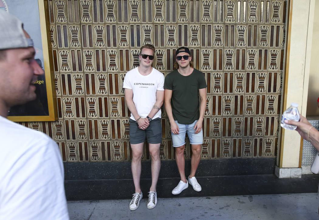 """El portero de Golden Knights, Oscar Dansk, izquierda y centro William Karlsson, ambos jugadores suecos, posan para una foto después del """"Stick Salute to Vegas and Our Fans"""" celebrado por los Gold ..."""