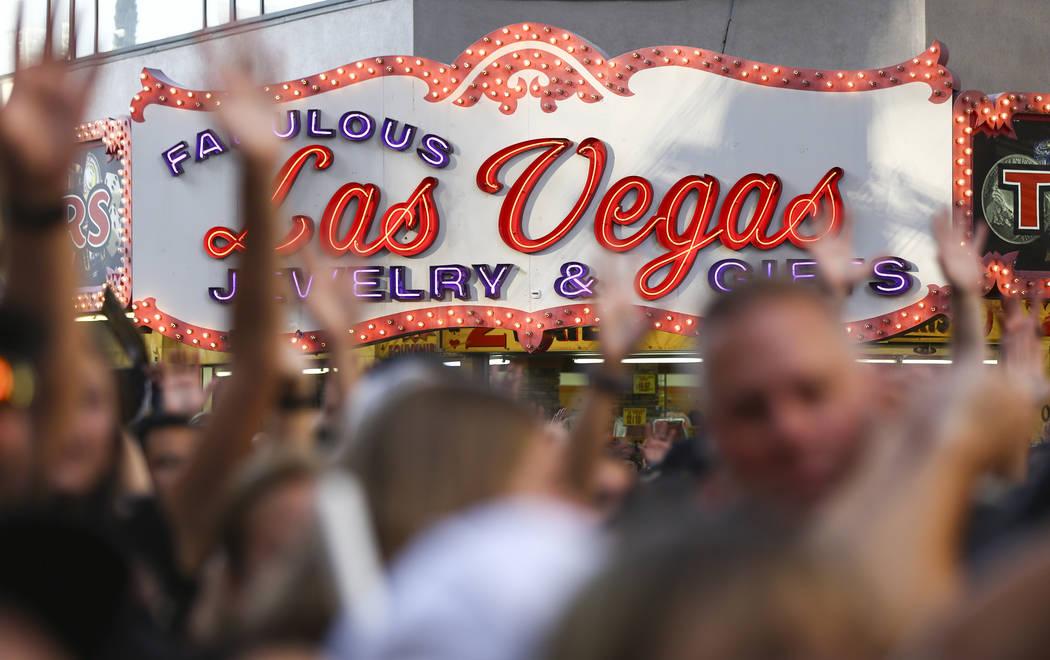 """Una marquesina de regalos se ilumina mientras los entusiastas animan durante el """"Stick Salute to Vegas and Our Fans"""" celebrado por los Golden Knights en el 3rd Street Stage en el Fremont Street Ex ..."""