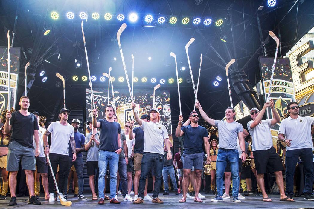 """Los jugadores de Golden Knights elevan sus palos a la multitud durante """"Stick Salute to Vegas and Our Fans"""" el miércoles, 13 de junio de 2018, en la Fremont Street Experience, en Las Vegas. Benja ..."""