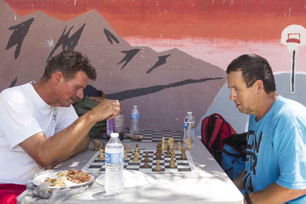 William Breland, izquierda, juega ajedrez con Larry Spellman a la sombra en el Courtyard Homeless Resource Center en Las Vegas, miércoles 13 de junio de 2018. Rachel Aston Las Vegas Review-Journa ...
