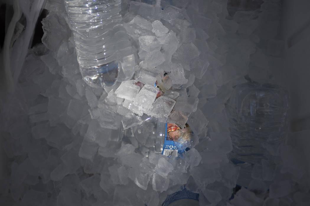 Botellas de agua gratuitas en una estación de enfriamiento en el Courtyard Homeless Resource Center en Las Vegas, miércoles, 13 de junio de 2018. Rachel Aston Las Vegas Review-Journal @rookie__rae