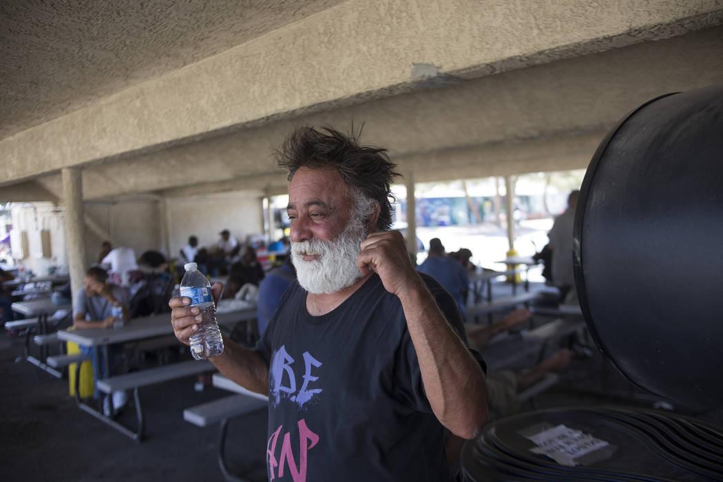 Jamshid Afshar se refresca con un ventilador gigante en una estación de enfriamiento en el Courtyard Homeless Resource Center en Las Vegas, el miércoles 13 de junio de 2018. Rachel Aston Las Veg ...