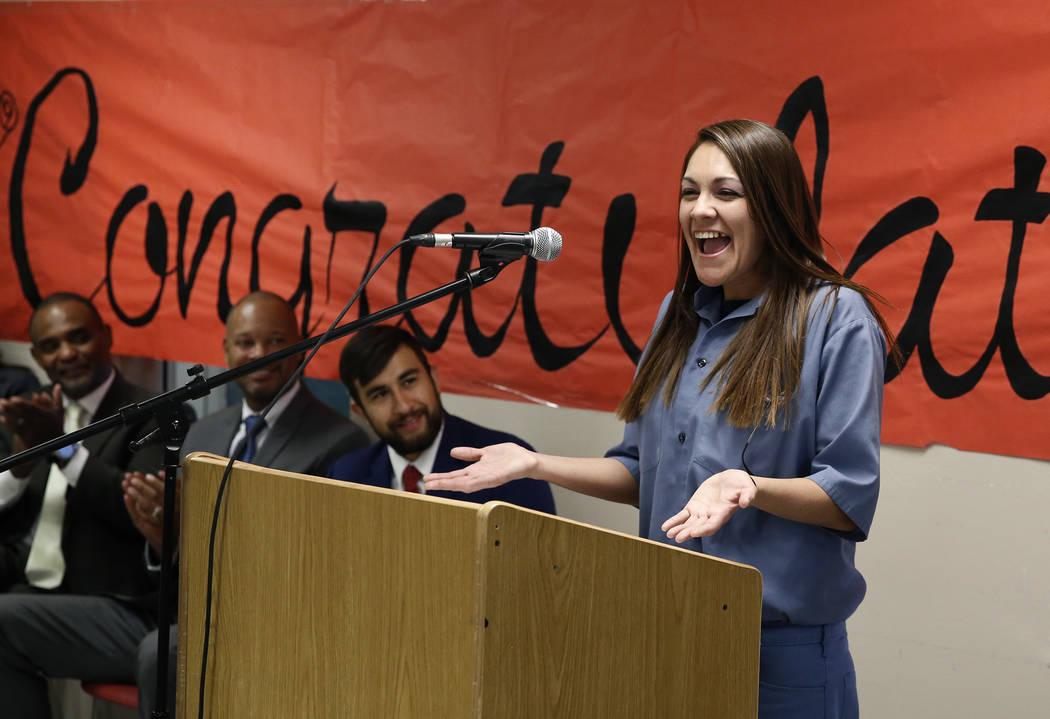 Natasha Barker, presa en el Centro Penitenciario para Mujeres Florence McClure, habla durante una ceremonia de graduación de 22 reclusos el miércoles 13 de junio de 2018 en North Las Vegas. El C ...