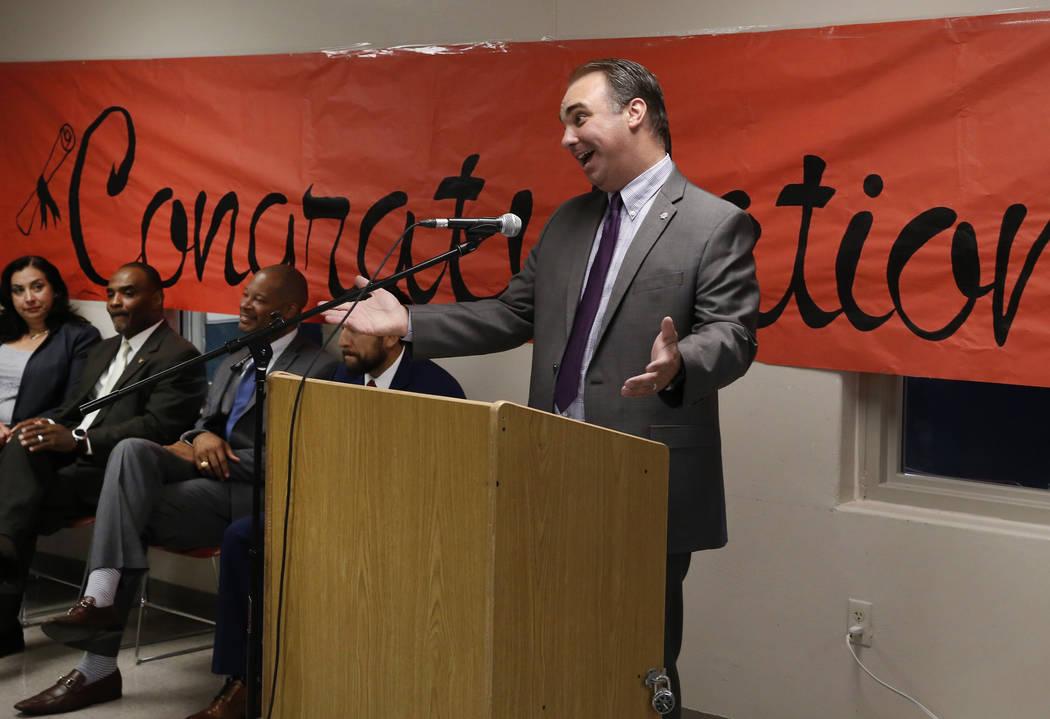 James McCoy, vicepresidente asociado de asuntos académicos del Colegio del Sur de Nevada, habla durante una ceremonia de graduación de 22 presos en el Centro Penitenciario para Mujeres Florence ...