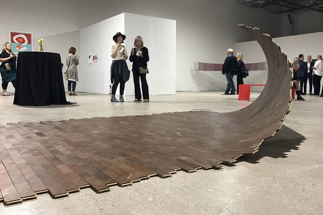 """El Museo de Arte en Symphony Park y el Museo de Arte de Nevada presentaron la exhibición del año pasado """"Inclinando la Cuenca: Arte Contemporáneo de Nevada"""" en un lugar emergente en el centro d ..."""