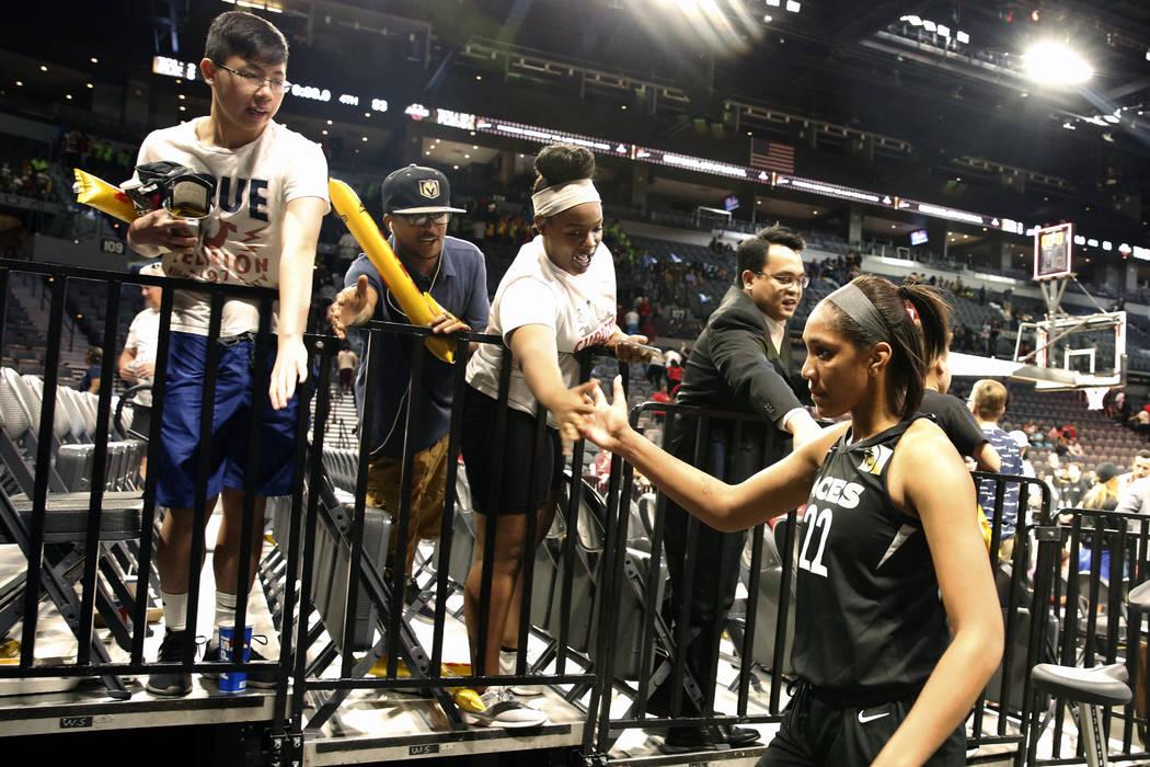 La centro de Las Vegas Aces, A'ja Wilson (22), saluda a los fans luego de un partido de baloncesto de la WNBA contra los Atlanta Dreams en el Mandalay Bay Event Center en Las Vegas el viernes 8 de ...