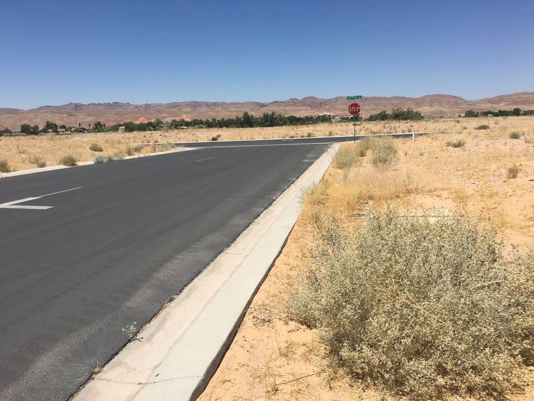 Constructor de viviendas de Texas, D.R. Horton, adquirió docenas de lotes en Valley Heights, una subdivisión mayormente vacía en el pueblo rural de Logandale, visto anteriormente el martes 12 d ...
