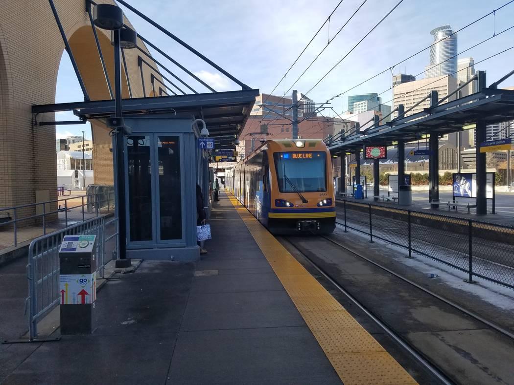 Un tren ligero de Minneapolis llega a la estación del estadio Bank de los EE.UU. el martes 19 de diciembre de 2017. Richard N. Velotta / Las Vegas Review-Journal
