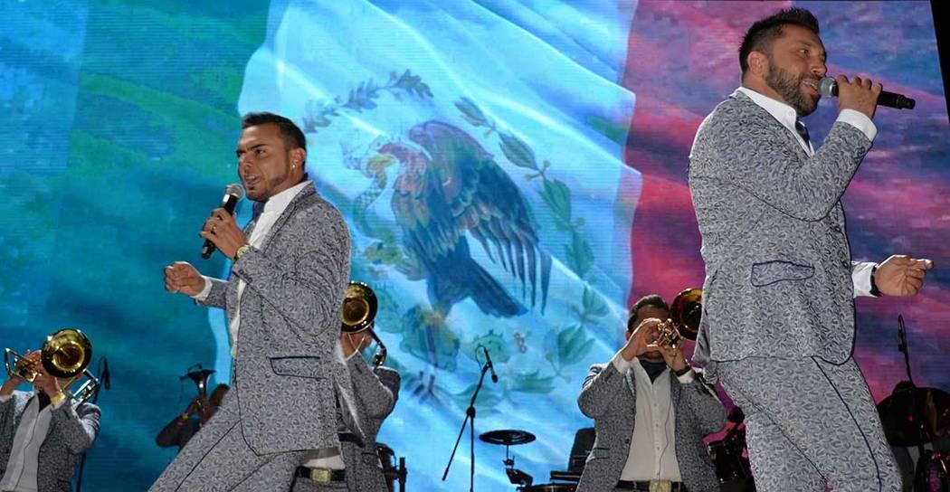 """El concierto gratuito de la Banda El Recodo de Don Cruz Lizárraga contó con la presencia de mucha gente joven. Jueves 14 de junio, en la explanada del """"D"""", en el Downtown. Foto Frank Alejand ..."""
