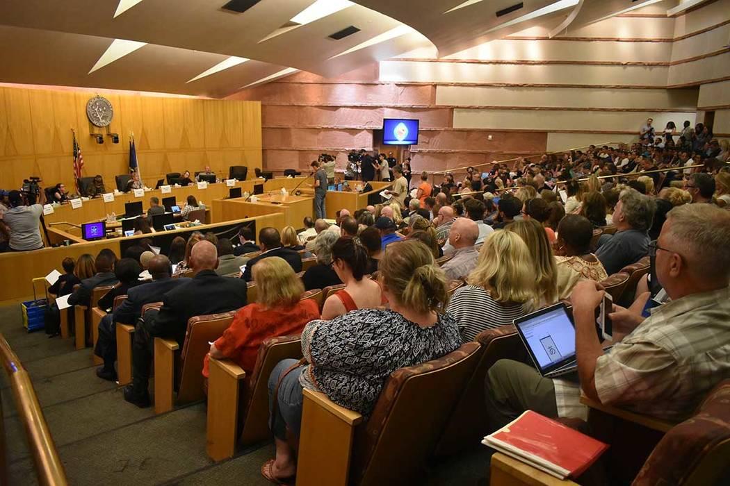 Decenas de personas expresaron sus argumentos sobre crear una política de protección para estudiantes de género diverso. Jueves 14 de junio de 2018 en oficina del Condado Clark. Foto Anthony Av ...