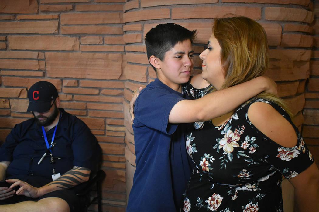 Josefina García y su hijo de 16 años de edad, quien nació siendo mujer y a los 11 años se identificó como hombre. Jueves 14 de junio de 2018 en oficina del Condado Clark. Foto Anthony Avellan ...