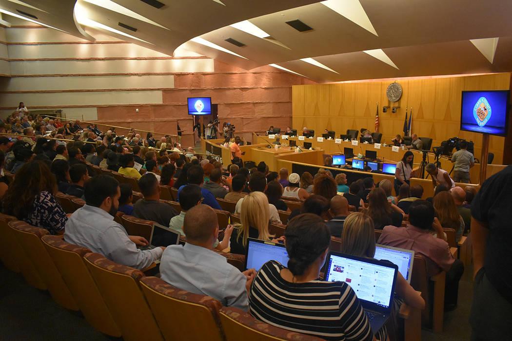 Decenas de personas acudieron a la reunión pública para escuchar los elementos incluidos en una política de protección a estudiantes de género diverso. Jueves 14 de junio de 2018 en oficina d ...