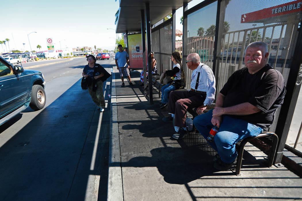 Los pasajeros esperan el autobús en la parada cerca de la intersección de Flamingo Road y Maryland Parkway en Las Vegas el viernes 4 de mayo de 2018. Andrea Cornejo Las Vegas Review-Journal @dre ...