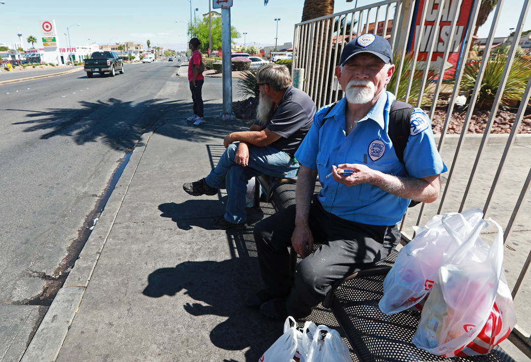 Jason Blackbird espera el autobús en una parada cerca de la intersección de Flamingo Road y Maryland Parkway en Las Vegas el viernes 4 de mayo de 2018. Andrea Cornejo Las Vegas Review-Journal @d ...