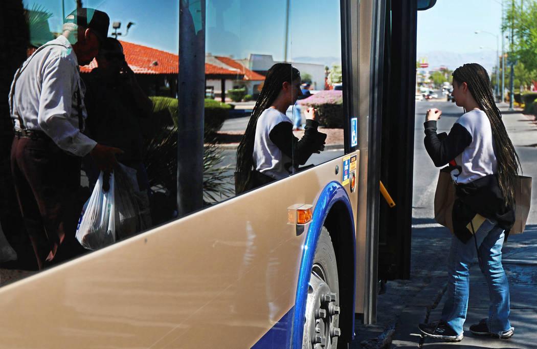 Los pasajeros abordan el autobús en la parada cerca de la intersección de Flamingo Road y Maryland Parkway en Las Vegas el viernes 4 de mayo de 2018. Andrea Cornejo Las Vegas Review-Journal @dre ...