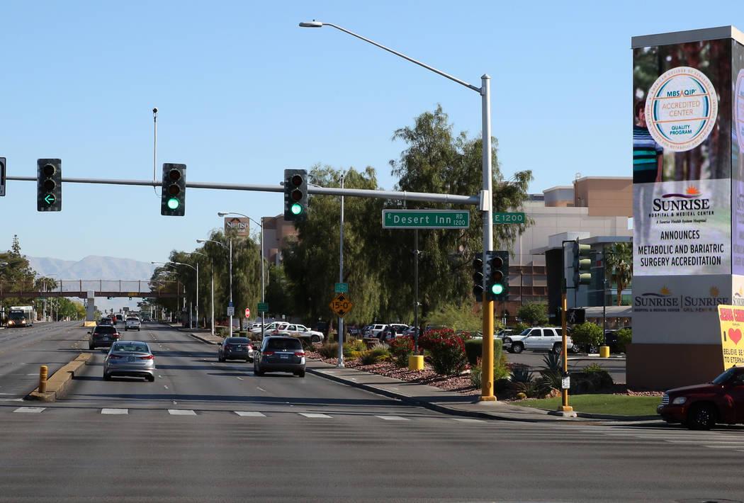Escena de la calle de North Maryland Parkway cerca de Sunrise Hospital and Medical Center el jueves 3 de mayo de 2018 en Las Vegas. Se podría construir un tren ligero que opere conectando el Aero ...