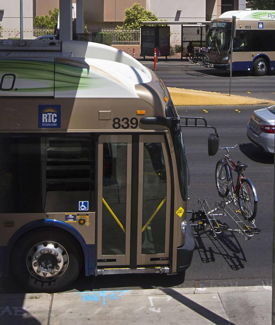 Los autobuses hacen una parada a lo largo de Maryland Parkway en las afueras de Sunrise Hospital y Medical Center en Las Vegas el miércoles 23 de mayo de 2018. Chase Stevens Las Vegas Review-Jour ...