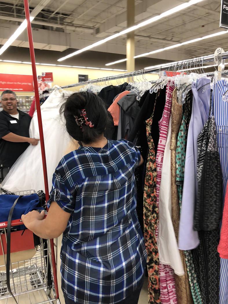 Sara, una clienta de origen centroamericano, busca ropa en la tienda Savers. Viernes 15 de junio de 2018. Foto Valdemar González / El Tiempo - Contribuidor.