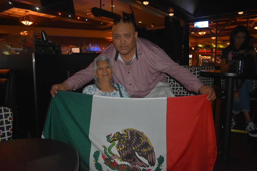 Antonio Concepción acudió con su madre, Christina Ordoñez de 86 años de edad, a apoyar a México. Domingo 17 de junio de 2018 en hotel y casino Texas Station. Foto Anthony Avellaneda / El Tiempo.