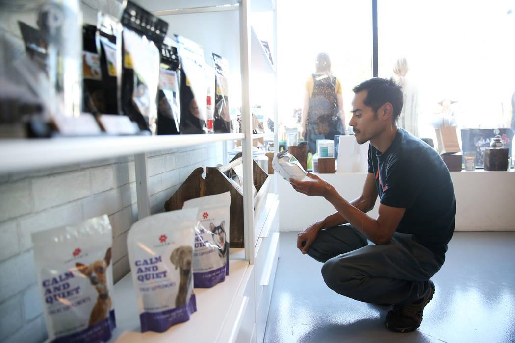 Chris Marroquin de Las Vegas visita la recién inaugurada tienda de cáñamo KANA Modern Apothecary en el centro de Las Vegas, el viernes 1 de junio de 2018. Erik Verduzco Las Vegas Review-Journal ...