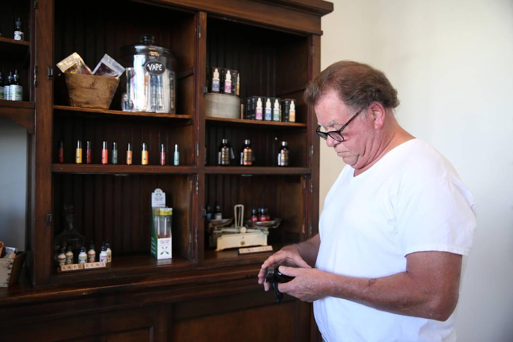 Skip Fisher de Las Vegas visita la recién inaugurada tienda de cáñamo KANA Modern Apothecary en el centro de Las Vegas, el viernes 1 de junio de 2018. Erik Verduzco Las Vegas Review-Journal @Er ...