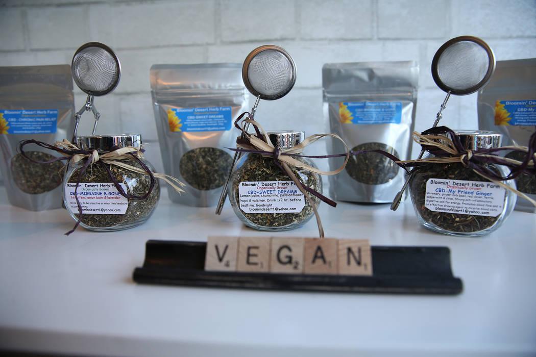 Hojas de té infundidas con CBD dentro de la recién inaugurada tienda de cáñamo KANA Modern Apothecary en el centro de Las Vegas, el viernes 1 de junio de 2018. Erik Verduzco Las Vegas Review-J ...