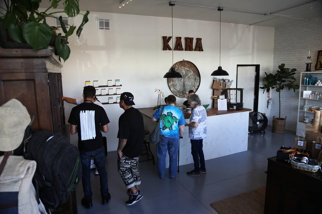 La gente busca en la recién inaugurada tienda de cáñamo KANA Modern Apothecary en el centro de Las Vegas, el viernes 1 de junio de 2018. Erik Verduzco Las Vegas Review-Journal @Erik_Verduzco
