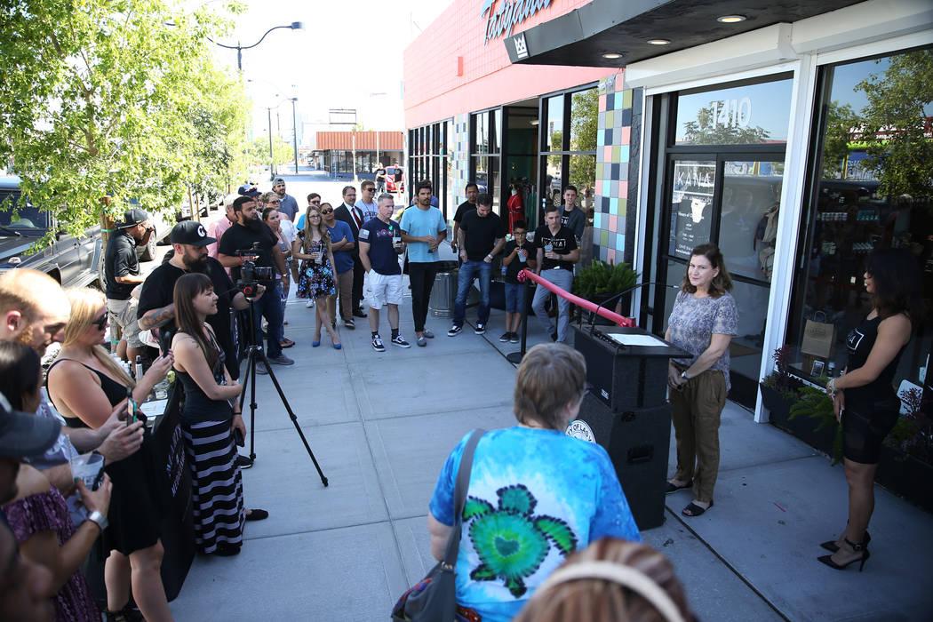 Amy Lindner, coordinadora de diseño de la tienda de cáñamo KANA Modern Apothecary, durante la gran inauguración de la tienda de cáñamo en el centro de Las Vegas, el viernes 1 de junio de 201 ...
