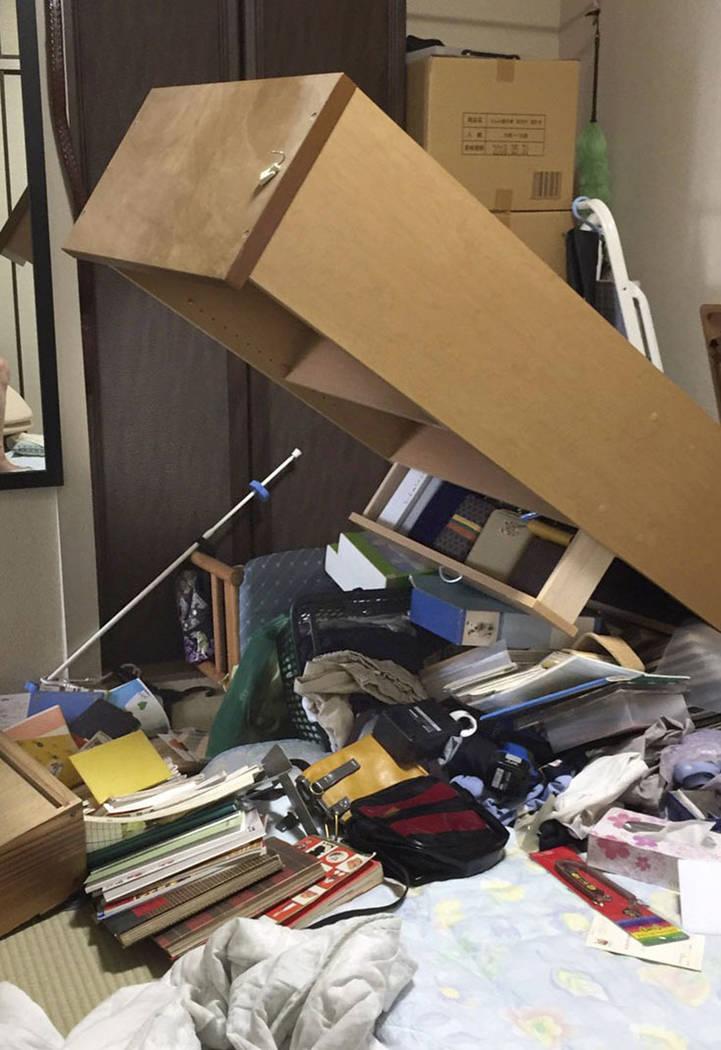 Los objetos dispersos yacen en la habitación de una casa dañada en Suita, Osaka, después de un terremoto el lunes 18 de junio de 2018. Un fuerte terremoto sacudió la ciudad de Osaka en el oest ...