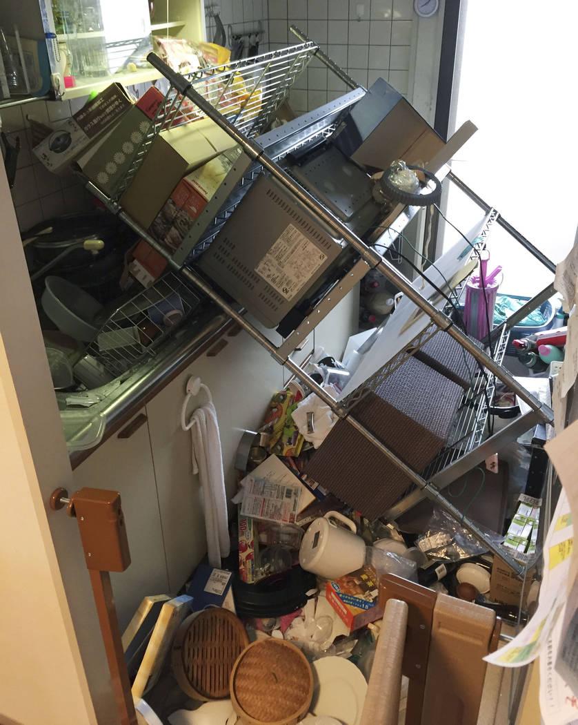 Los objetos dispersos yacen en la cocina de una casa dañada en Osaka, después de un terremoto el lunes 18 de junio de 2018. Un fuerte terremoto sacudió la ciudad de Osaka en el oeste de Japón. ...