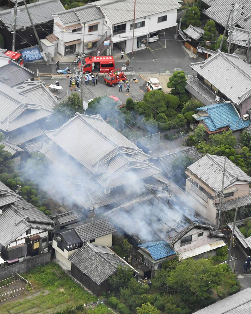 El humo sale de un incendio en Takatsuki, Osaka, después de un terremoto el lunes 18 de junio de 2018. Un fuerte terremoto sacudió la ciudad de Osaka en el oeste de Japón. Hay informes de daño ...