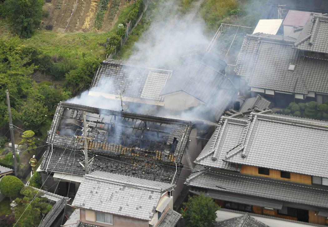 El humo sale de un incendio en Takatsuki, Osaka, después de un terremoto el lunes 18 de junio de 2018. Un fuerte terremoto sacudió la ciudad de Osaka en el oeste de Japón el lunes por la mañan ...