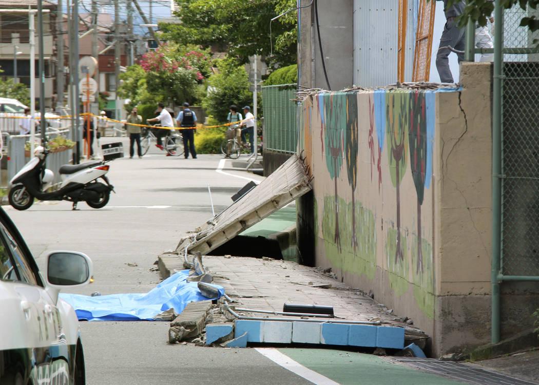 Un muro se encuentra en la carretera después de que se cayó tras un terremoto cerca de una escuela primaria en Takatsuki, Osaka, el lunes 18 de junio de 2018. Un fuerte terremoto derribó muros ...