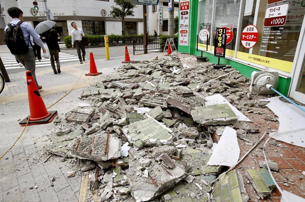 Los escombros de las paredes dañadas se esparcen después de un terremoto, en Ibaraki, Osaka, el lunes 18 de junio de 2018. Un fuerte terremoto derribó muros y provocó incendios dispersos en la ...