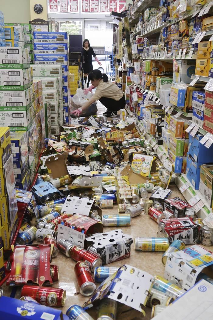 Latas y otros artículos ensucian el piso de una tienda de conveniencia, tras un terremoto en Hirakata, Osaka, el lunes 18 de junio de 2018. Un fuerte terremoto derribó muros y provocó incendios ...