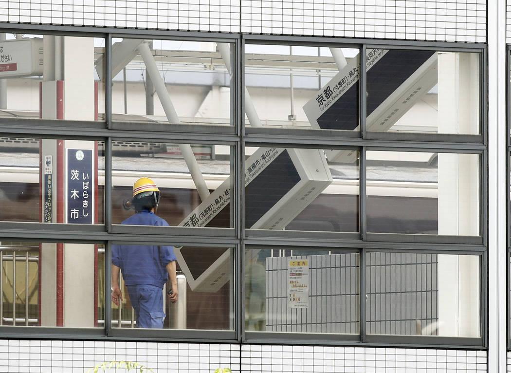Tableros eléctricos se apoyan en una plataforma de la estación de tren Ibaraki-shi en la ciudad de Ibaraki, Osaka, oeste de Japón, el lunes 18 de junio de 2018. Un fuerte terremoto derribó mur ...