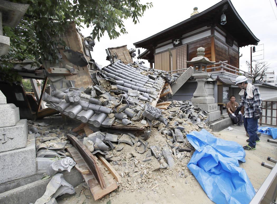 La puerta del templo Myotoku-ji se derrumba después de que un terremoto golpeara la ciudad de Ibaraki, Osaka, oeste de Japón, el lunes 18 de junio de 2018. Un fuerte terremoto derribó muros y p ...
