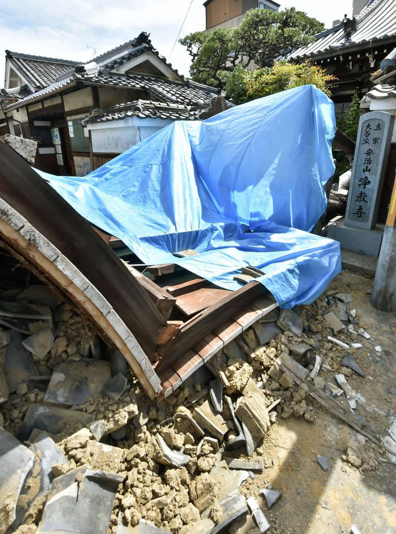 La puerta del templo de Jokyoji se derrumba después de un terremoto en la ciudad de Ibaraki, Osaka, oeste de Japón, el lunes 18 de junio de 2018. Un fuerte terremoto derribó muros y provocó in ...