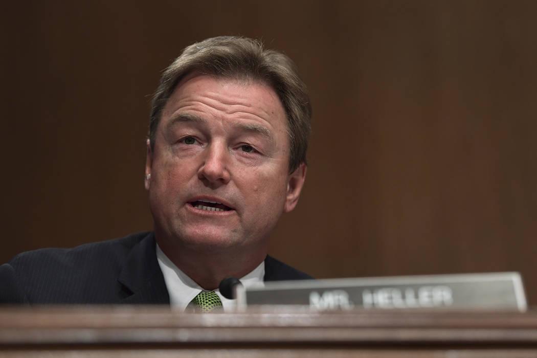 El senador Dean Heller, republicano por Nevada, hace una pregunta al secretario de Tesorería: Steven Mnuchin, durante una audiencia del Comité Bancario del Senado en Capitol Hill en Washington, ...