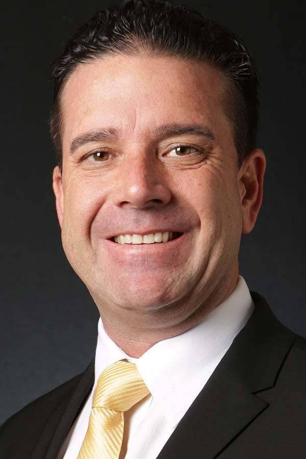 Aaron Manfredi, candidato republicano para el Administrador Público del Condado de Clark, es fotografiado en las oficinas de Las Vegas Review-Journal el miércoles 9 de mayo de 2018. Michael Quin ...