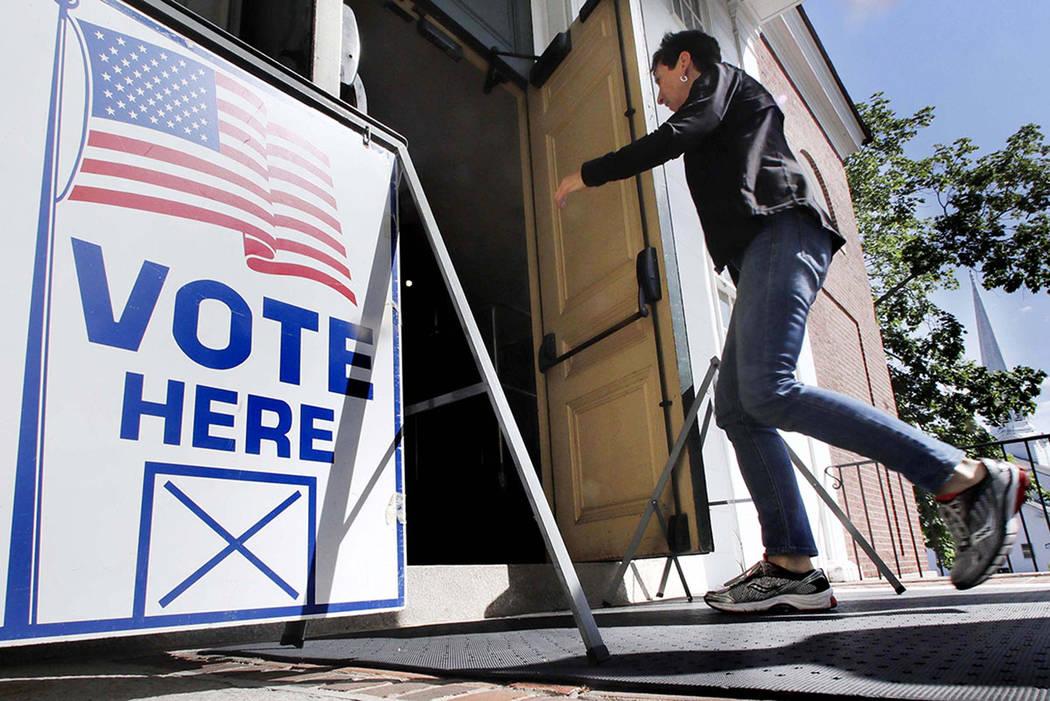 Un residente llega a emitir su voto en una mesa electoral en el Kennebunk Town Hall en Kennebunk, Maine, el martes 12 de junio de 2018. (AP Photo / Charles Krupa)