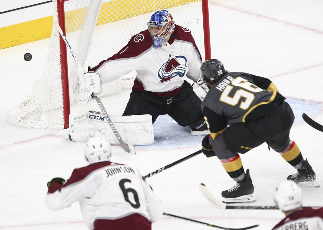 El portero de los Colorado Avalanche, Semyon Varlamov (1), bloquea un disparo del alero izquierdo de los Golden Knights, Erik Haula (56), durante el primer período de un juego de hockey NHL en T- ...
