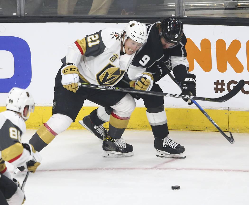El centro de los Golden Knights, Cody Eakin (21), y el alero izquierdo de Los Ángeles Kings, Adrian Kempe (9), lucha por el puck durante el primer período del Juego 4 de una serie de la NHL de p ...