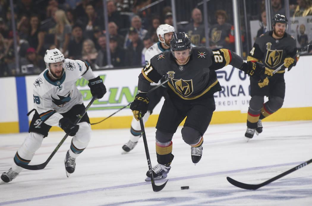 El centro de los Golden Knights, Cody Eakin (21), mueve el puck contra los San José Sharks durante el primer periodo del Juego 5 de una serie de playoffs de segunda ronda de hockey de la NHL en T ...