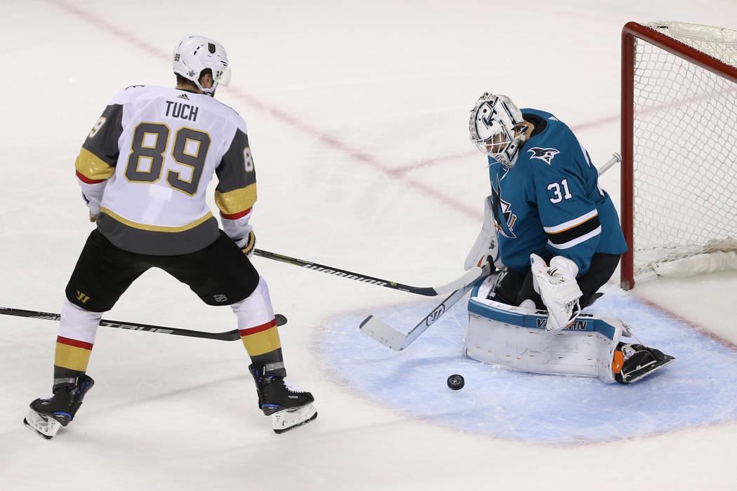 El portero de los San José Sharks, Martin Jones (31), defiende un golpe del alero derecho de los Vegas Golden Knights, Alex Tuch (89) durante el tercer período en el Juego 6 de una serie de play ...