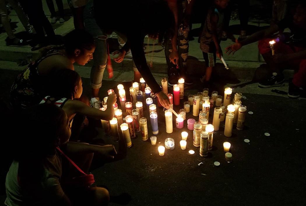 Amigos y familiares encienden velas durante un velorio a Justise Allen, de 16 años, quien murió en un tiroteo el 27 de abril en Las Vegas. (Mike Shoro / Las Vegas Review-Journal)