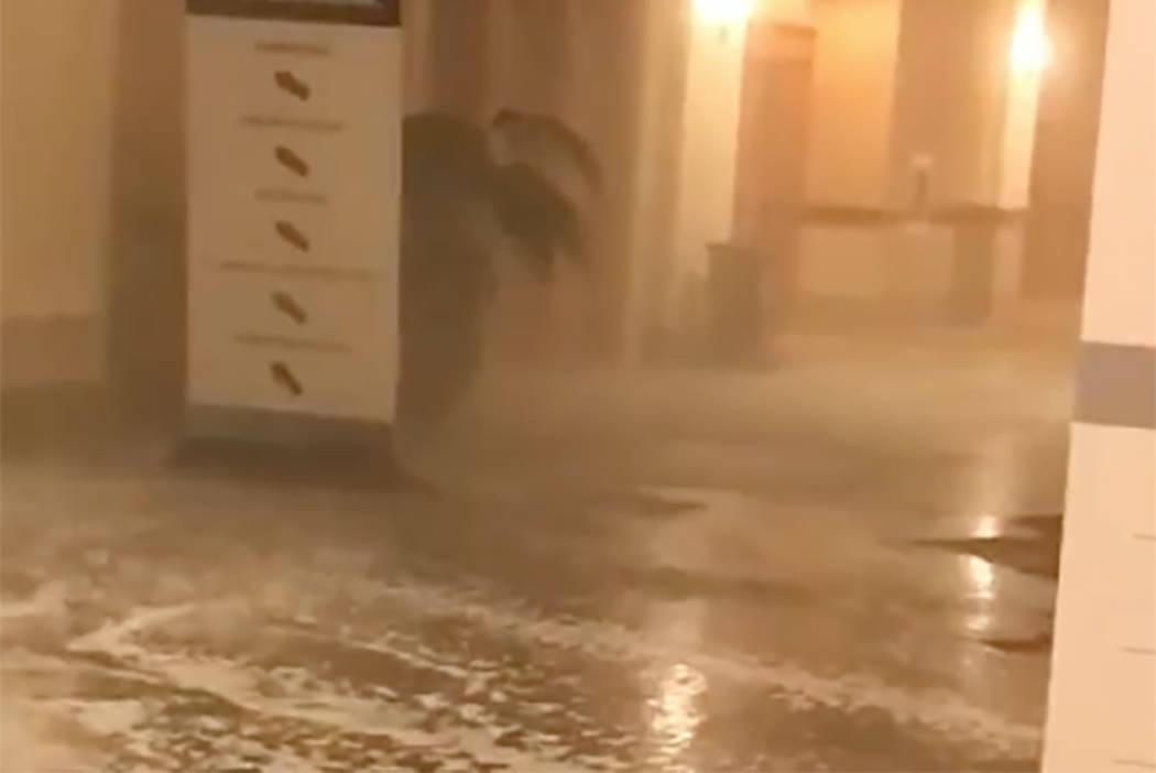 Un brote de agua en el Mandalay Bay en el Strip de Las Vegas causó inundaciones en el centro de convenciones del sur del complejo, el martes 19 de junio de 2018. (Melinda Cook)