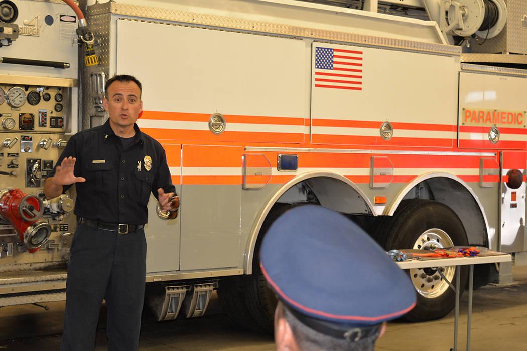 El capitán del departamento de bomberos de North Las Vegas explica a Raúl Padilla Ortiz, algunos detalles del camión que donaron a Uruapan. Miércoles 20 de junio, en la estación de bomberos 5 ...