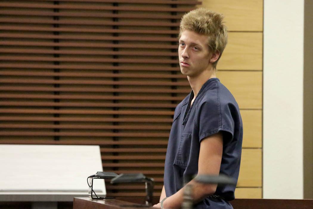 Kody Harlan, de 17 años, uno de los acusados del homicidio de Matthew Minkler, de 17 años, quien fue encontrado muerto con una herida de bala en la cabeza, aparece en el Tribunal de Justicia de ...